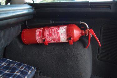 Как закрепить огнетушитель в машине?