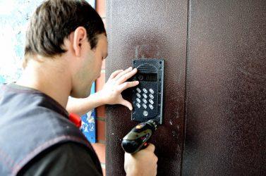 Кто должен устанавливать домофон в многоквартирном доме?